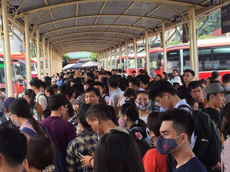 Dù ngày mai mới nghỉ lễ chính thức nhưng người dân đã tập trung kín bến xe.