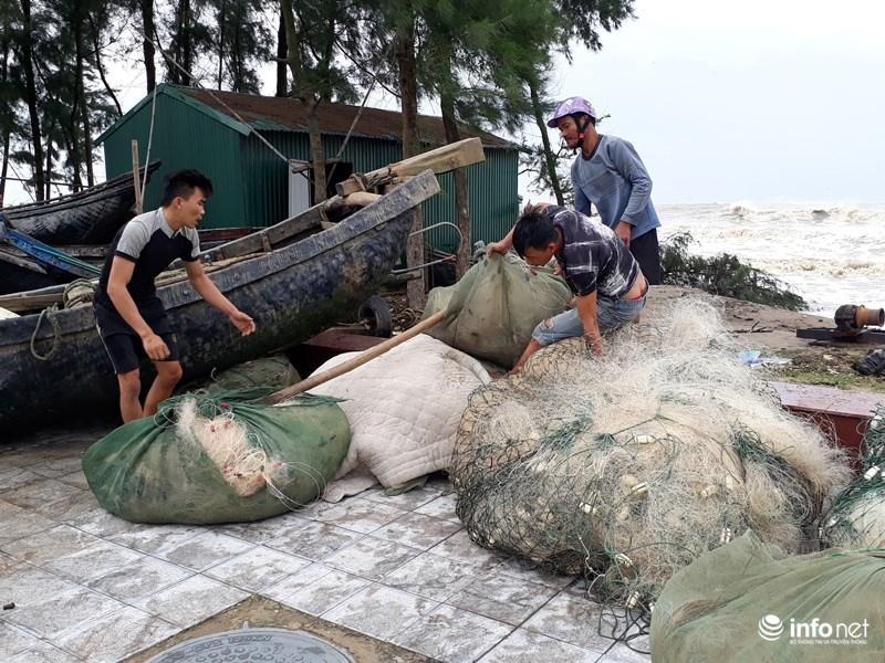 Ngư dân Quảng Trị đang dồn sức cho tàu thuyền neo đậu an toàn.