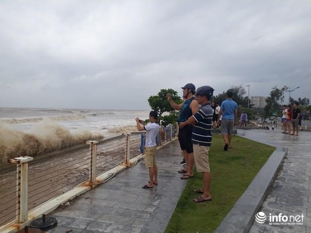 Người dân hiếu kỳ đi xem sóng biển tại Thanh Hóa.