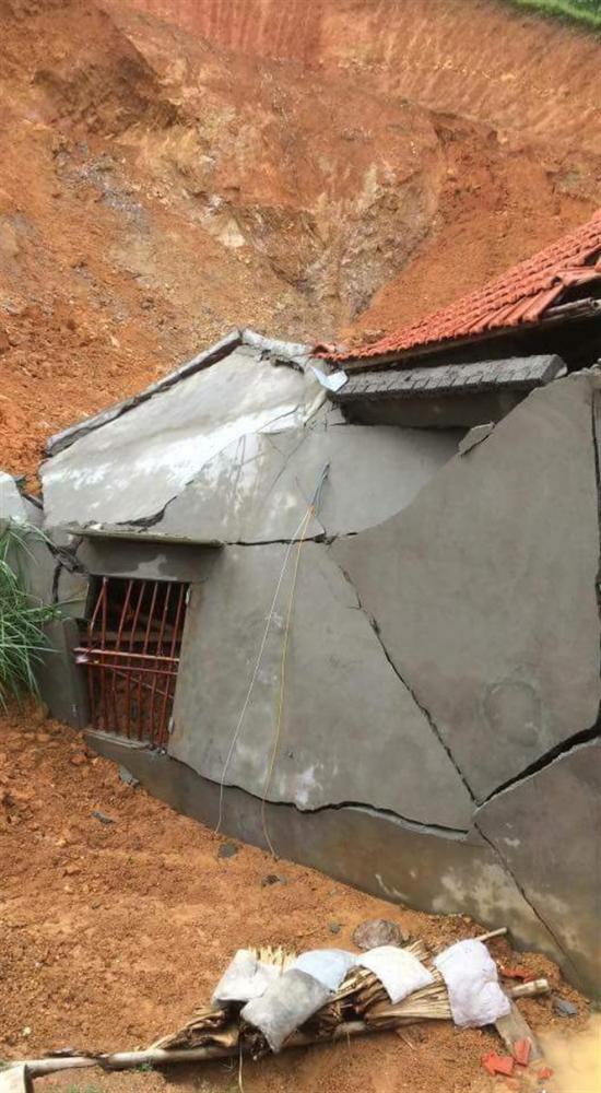 Sạt lở đất làm nhà dân tại Tân Thành, Thường Xuân bị sập.