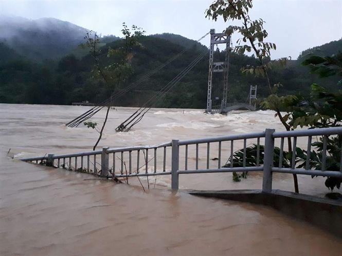 Thủy điện cửa Đạt xả lũ khiến cầu treo đứt cáp và vùng hạ lưu ngập.