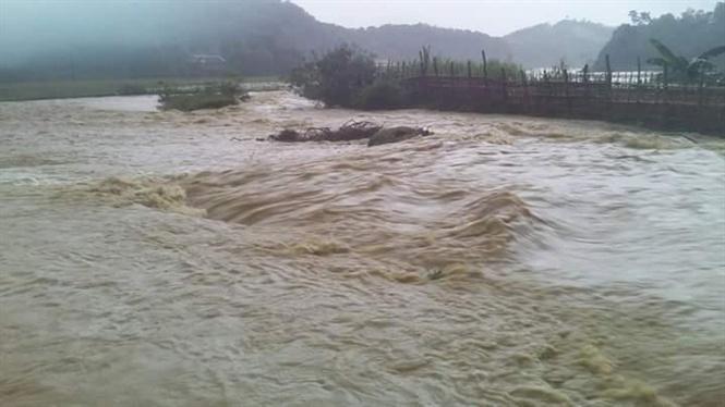 Mưa ngập lụt tại thị xã Ngọc Lặc, khiến nhiều phương tiện tham gia giao thông tê liệt.