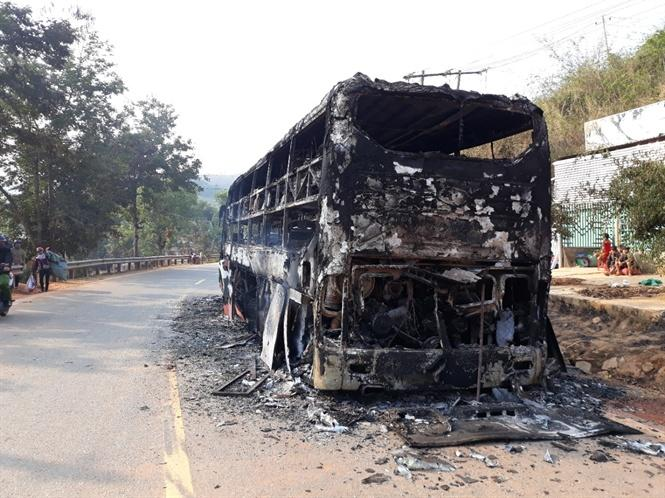 Hiện trường xe khách bị cháy rụi