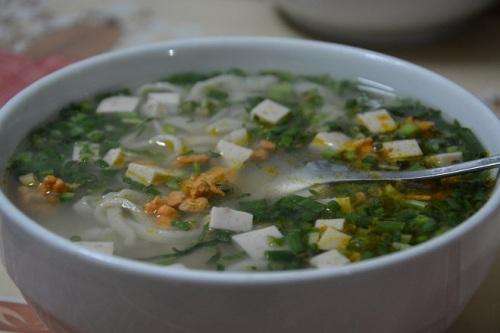 Bánh canh được bán ăn sáng trên các đường lớn nhỏ ở Hà Tĩnh, giá 20.000 - 25.000 đồng một tô. Ảnh: Má Lúm.