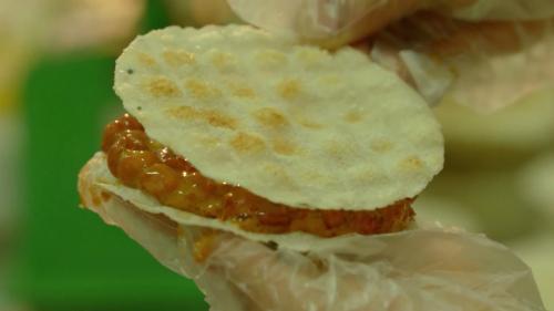 Lớp bánh đa giòn phủ bên ngoài phần kẹo ngọt thơm. Ảnh: Bizmedia.