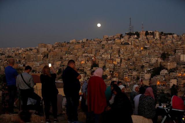 Người yêu thiên văn ở Jordan chọn sẵn một vị trí thuận lợi để có thể chiêm ngưỡng hiện tượng nguyệt thực toàn phần dài nhất thế kỷ