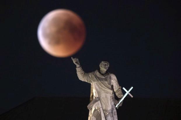 Mặt Trăng trên bầu trời Dresden, Đức. Ảnh: AP.