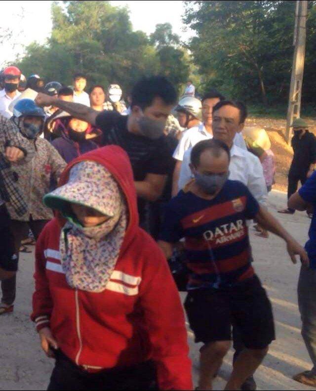 Nhóm người bịt mặt, tay xăm trổ tham gia đuổi đánh người dân.