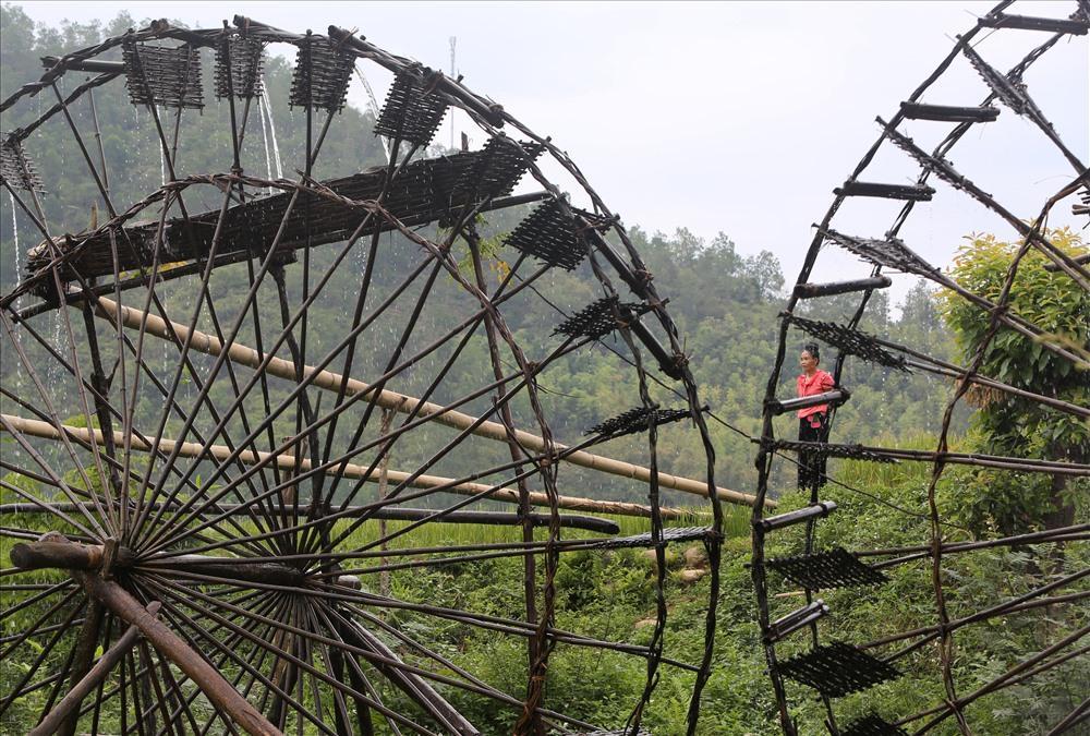 Những chiếc cọn nước khổng lồ với vòng quay chậm rãi từ lâu đã gắn liền với con sông Nậm Mu trong mát, những cánh đồng lúa chín nặng bông. Đây cũng là một công cụ đặc biệt hỗ trợ đắc lực trong công việc dẫn nước tưới tiêu nông nghiệp cho bà con dân bản.