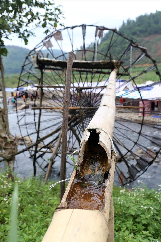 Ống luồng được đục thông các mắt làm phương tiện dẫn nước từ nan quạt đến ruộng lúa.