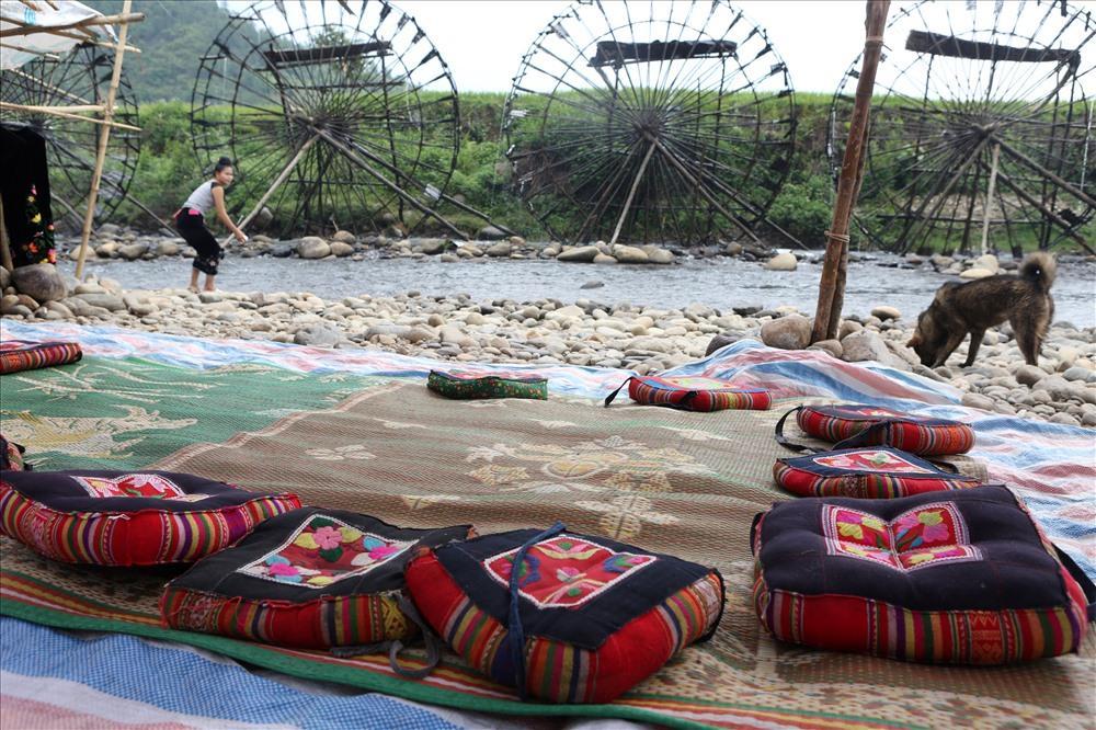 Xã Bản Bo đang quy hoạch lại một số khu vực để phát triển du lịch sinh thái cộng đồng tại bản Nà Khương. Theo đó, một số hộ dân có nhà sàn trong bản sẽ được di chuyển ra vùng triền đồi thấp bên cạnh con sông Nậm Mu để phát triển loại hình du lịch lưu trú tại nhà (homestay).
