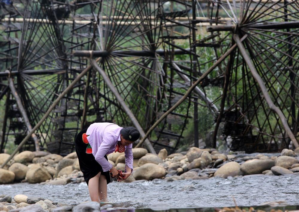 Đến thăm cọn nước bản Nà Khương, du khách được tìm hiểu những tập tục gắn liền với sông nước Nậm Mu của người Thái bản địa.