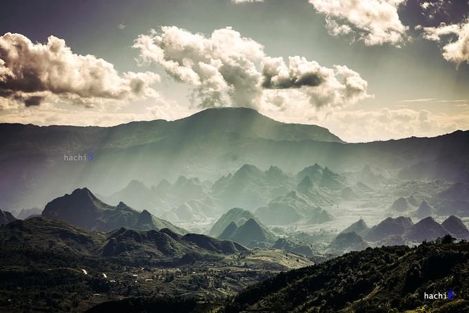 Tả Liên Sơn hay Cổ Trâu là đỉnh núi cao nhất khu vực xã Tả Lèng, huyện Tam Đường, tỉnh Lai Châu. Tả Lèng là một xã miền núi khó khăn của huyện Tam Đường dù chỉ nằm cách trung tâm tỉnh Lai Châu chừng 10 km. Cộng đồng dân cư ở đây gồm 3 dân tộc chính là Kinh, Mông và Dao.