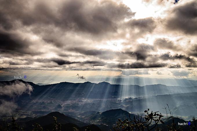 Độ cao ghi nhận trên đỉnh Tả Liên là 2.993 m. Đây là một trong những đỉnh núi cao nhất Việt Nam. Từ trên cao bạn có thể nhìn thấy khá rõ thành phố Lai Châu nhỏ bé mà xinh đẹp giữa bốn bề núi rừng hùng vĩ.