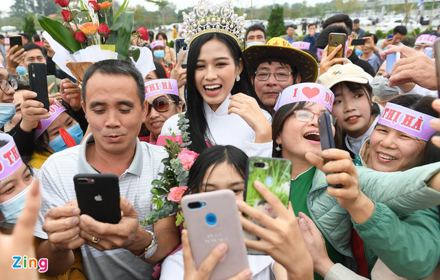 Sau hơn 1 tuần đăng quang, chiều 1/12 Đỗ Thị Hà đã về thăm quê nhà tại xã Cầu Lộc, huyện Hậu Lộc, tỉnh Thanh Hoá. Ảnh: Zing