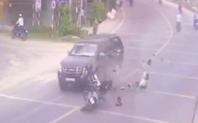 Chiếc xe của ông N. nát bét sau cú tông trực diện vào đầu xe bán tải của ông Nhọn