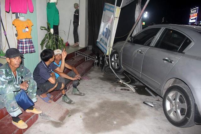 Chiếc xe ô tô chỉ chịu dừng lại khi đ.âm g.ãy cửa quán và 2 phương tiện khác đang dựng trước cửa nhà
