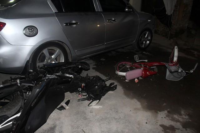 Các phương tiện bị đ.âm sau khi xe ô tô mất lái lao vào