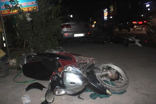 Sau khi đ.âm vào xe máy do một phụ nữ đèo 2 con nhỏ điều khiển, xe ô tô tiếp tục đ.âm vào nhiều phương tiện khác