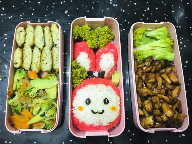 Chả cá, rau củ xào, súp lơ luộc, thịt gà xé nhỏ xào săn, cơm hình thỏ (màu hồng làm từ củ dền)