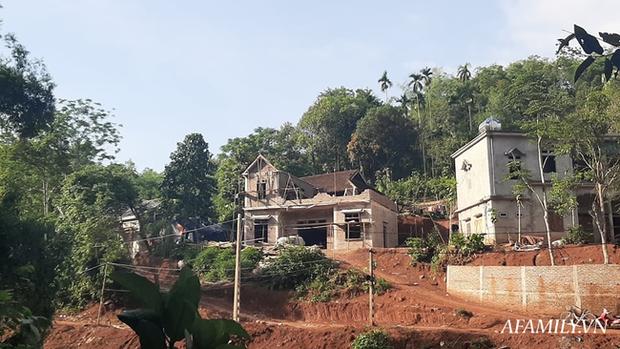 Gia đình ông B.T.B (SN 1956, xóm Rậm) dù đang xây nhà 2 tầng kiên cố nhưng vẫn nằm trong danh sách cận nghèo.