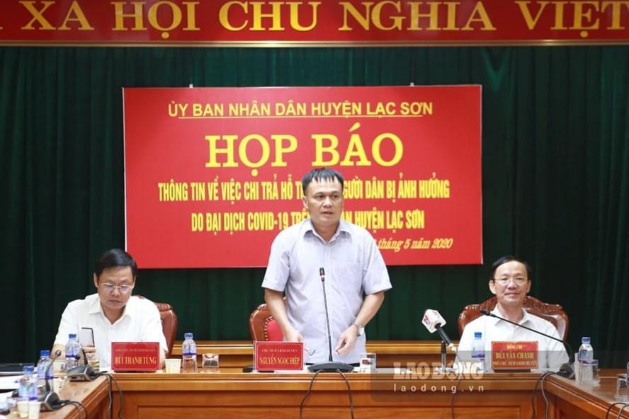 Chủ tịch UBND huyện Lạc Sơn Nguyễn Ngọc Điệp thông tin về việc tạm đình chỉ công tác với những cán bộ liên quan. Ảnh: Phạm Đông