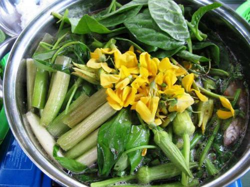 Nhúng bông điên điển vào nồi lẩu rồi lấy ra ăn liền để giữa được độ giòn và ngọt của bông. Ảnh: Thiện Nguyễn