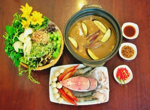 Những loại hải sản được bày sẵn ra đĩa, chỉ khi nào ăn mới bắt đầu cho vào nồi nước dùng sôi. Ảnh: Depplus.