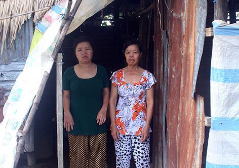 Từ khi bà Sáu (phải) bị bệnh, cuộc sống của ba anh, chị em càng khó khăn hơn, rất cần sự giúp đỡ của cộng đồng.