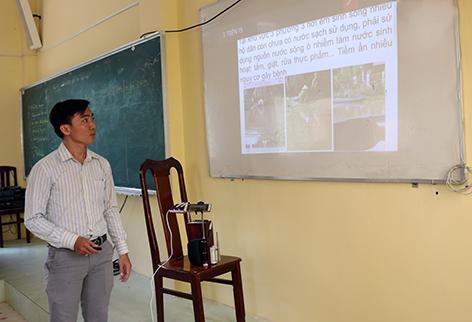 Thầy Tuấn đang trình chiếu bài giảng qua phương pháp dạy học bằng Smarphone.