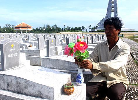 Ông Thanh thấy ấm lòng khi được chăm sóc mộ phần các liệt sĩ.