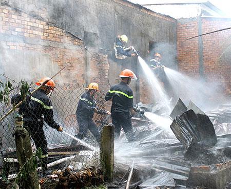 Lực lượng chữa cháy chuyên nghiệp tỉnh tiến hành dập tắt đám cháy.