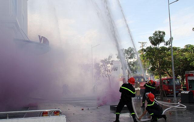 CBCS thuộc lực lượng chữa cháy chuyên nghiệp nhanh chóng đến hiện trường tổ chức triển khai đội hình khống chế đám cháy, dập tắt ngọn lửa.