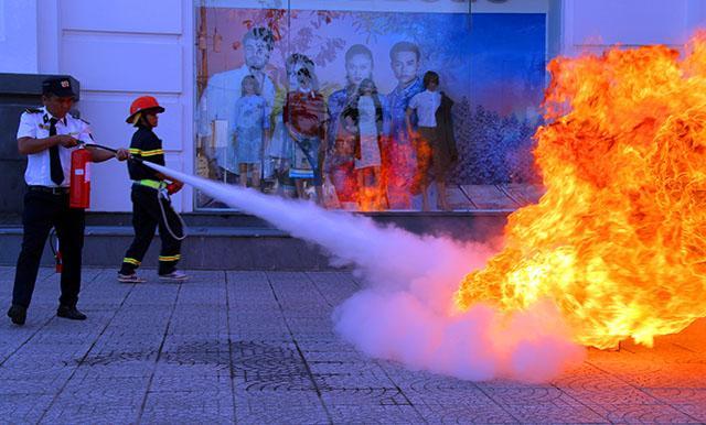 Lực lượng chữa cháy cơ sở tham gia diễn tập.