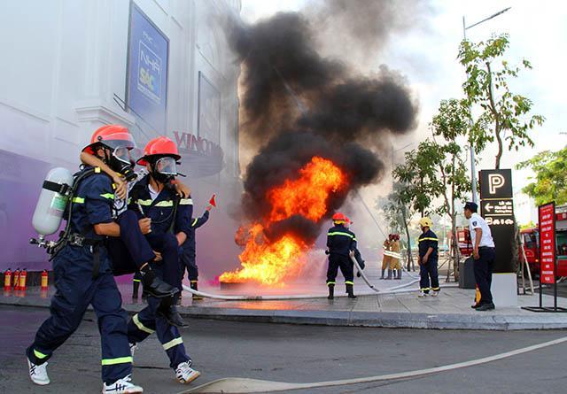 Công tác tổ chức tìm kiếm, cứu người bị nạn, di dời tài sản ra khỏi đám cháy đến nơi an toàn được diễn ra nhanh chóng, hiệu quả.
