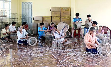 Các học viên ở Trung tâm Công tác xã hội tỉnh học nghề đan dây nhựa. Được làm việc nhẹ nhàng cũng là cách trị bệnh tốt cho họ.