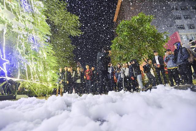 Bối cảnh tuyết rơi trắng xóa , lung linh như trời Âu khiến các bạn trẻ mê tít