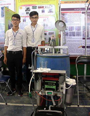 """""""Bộ thiết bị tự động lọc nước tự nhiên từ ao, hồ, sông… thành nước sinh hoạt và nước uống bằng năng lượng mặt trời"""" của nhóm 2 em học sinh Trường THPT Vị Thanh."""