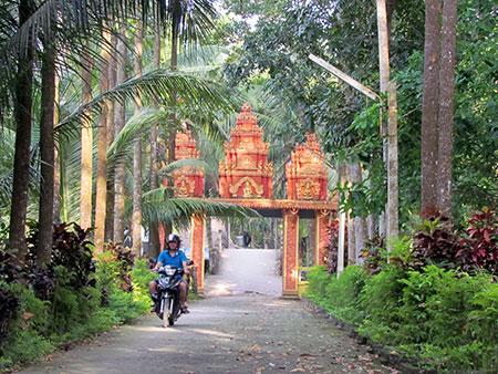 Đường vào chùa BÔRÂYSÊRÂYCHUM, ở ấp 5, xã Xà Phiên, huyện Long Mỹ, rợp bóng cây xanh.