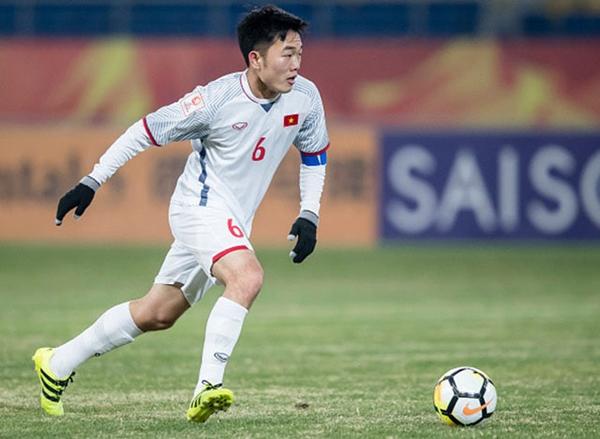 Lương Xuân Trường được giao nhiệm vụ đeo băng đội trưởng của U23 Việt Nam. Tại giải U23 châu Á vừa qua, chàng trai này gây chú ý không chỉ bởi bản lĩnh, khả năng đi bóng trên sân cỏ mà còn hút fan qua những khoảnh khắc đời thường đáng yêu.