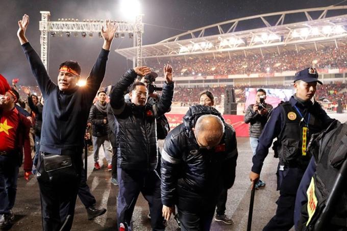HLV Park Hang Seo cùng các cầu thủ đi một vòng sân để cảm ơn sự ủng hộ của NHM.