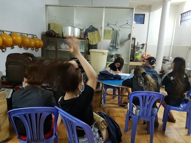 Các đối tượng sử dụng trái phép chất ma túy, được đưa về Công an phường An Phú để làm việc.