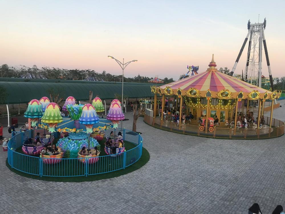 Khu vui chơi được chia thành 4 khu vực chính bao gồm: Quảng trường châu Âu, phố đi bộ ăn uống, trò chơi cảm giác mạnh và công viên nước đa năng với nhiều trò chơi hấp dẫn. Ảnh@lam_truc97.