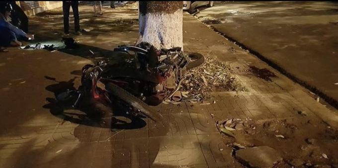 Chiếc xe máy cũng bị hư hỏng nặng.