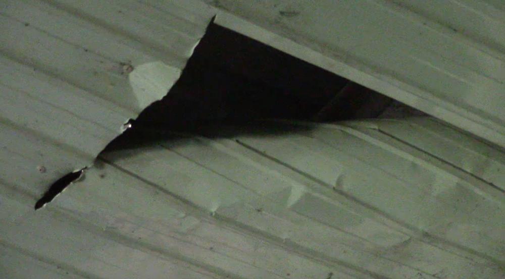 Phần mái tôn phía trên nhà bị cắt.