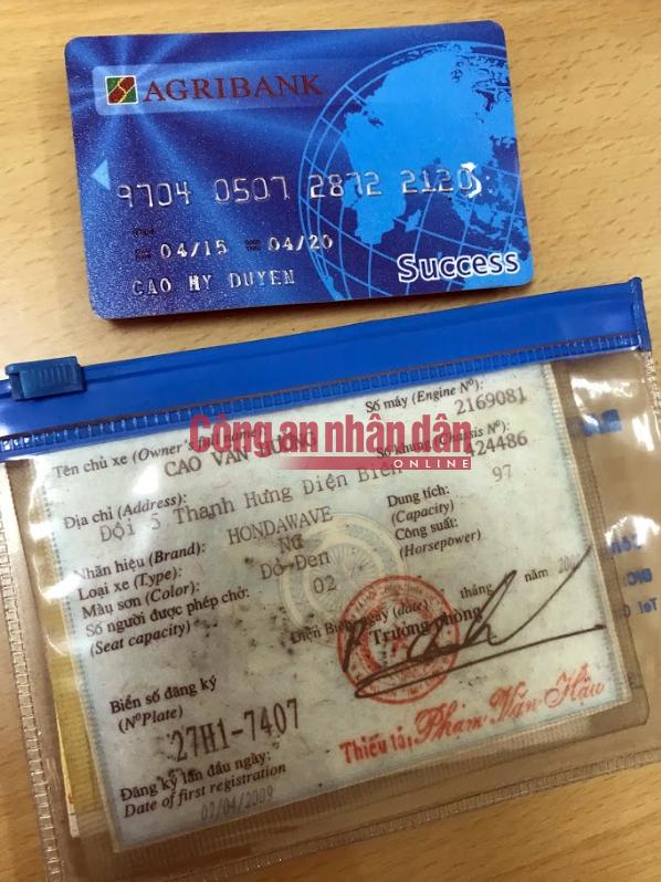 Thẻ ATM và Đăng ký xe của nạn nhân được cơ quan điều tra thu giữ trong cặp của Vương Văn Hùng