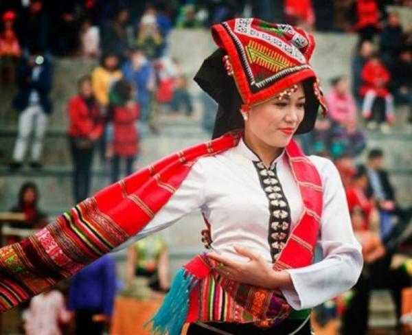 Bộ trang phục và điệu múa lăm-tơi truyền thống