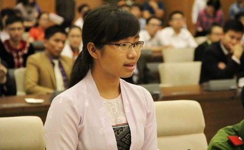 Nữ sinh dân tộc Mường học bằng đèn dầu với ước mơ trở thành bác sĩ (Nguồn: news.zing.vn)