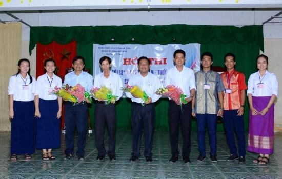 Lâm Văn Thanh (thứ 3 từ phải sang) - tấm gương sáng về nghị lưc vượt khó (Nguồn: bienphong.com)