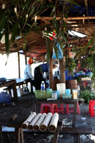 Những hàng quán nhỏ lẻ, liêu xiêu của người dân tộc Mường trên đỉnh đèo. (Nguồn: tripnow.vn)